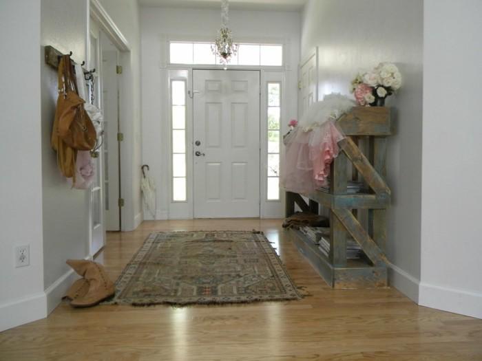 flur einrichten schöner kronleuchter teppichläufer weiße wände