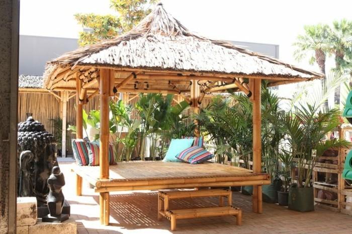 garten überdachung bambus pflanzen dekokissen