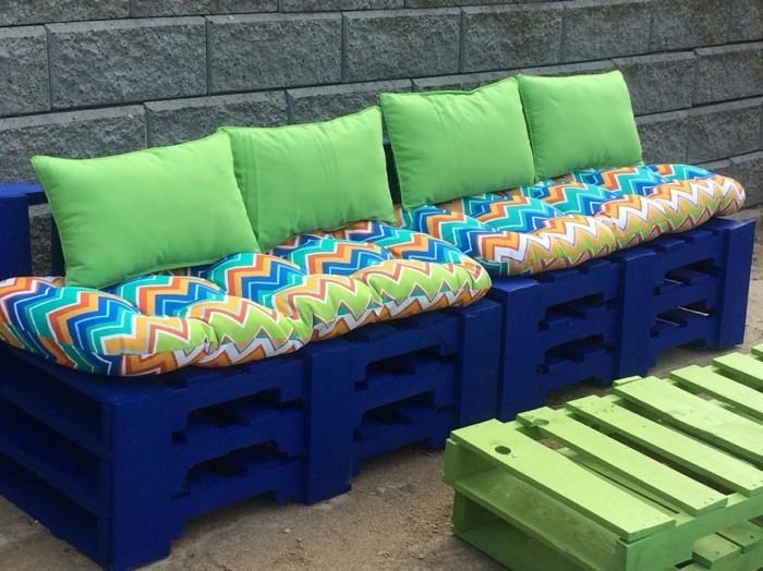 gartenmöbel selber bauen farbig paletten dekokissen