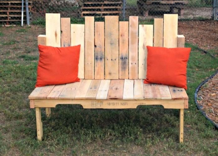 gartenmöbel selber bauen paletten dekokissen sitzbank