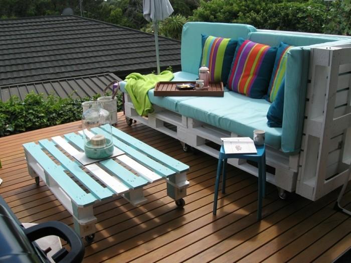 gartenmöbel selber bauen paletten farbige dekokissen