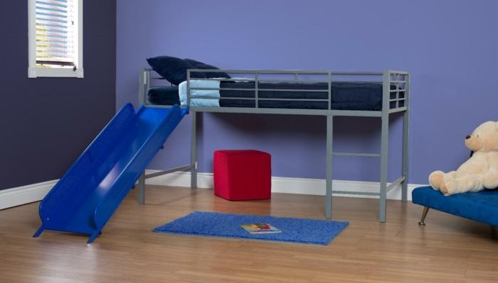 hochbett mit rutsche blaues sofa farbige wände