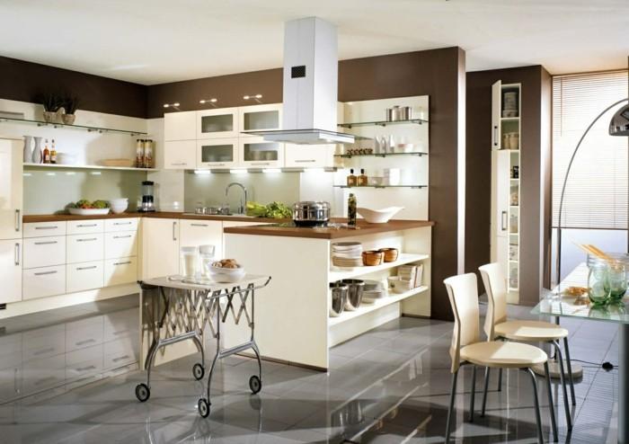 küchendesign mit cremefarbenen küchenschränken und braunen wänden