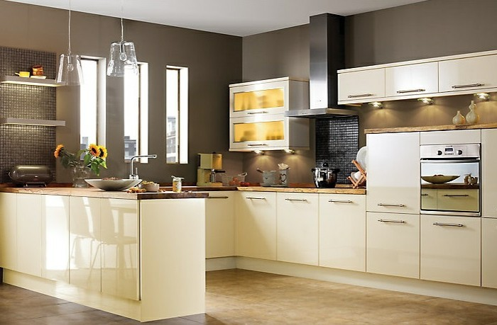 küche streichen creme küchenschränke beige wände hängelampen