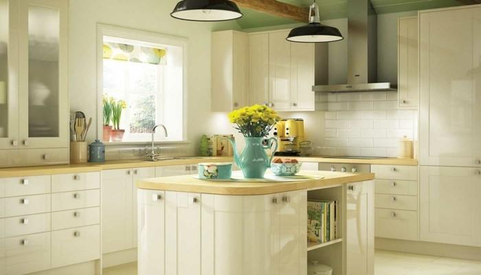 küche streichen creme küchenschränke bodenfliesen farbiges raffrollo