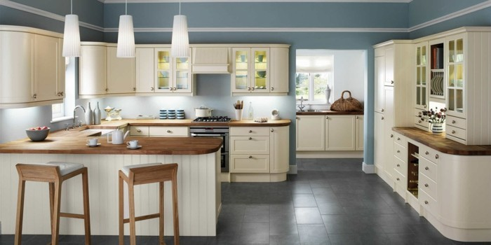 küche streichen creme küchenschränke graue wände bodenfliesen hängelampen