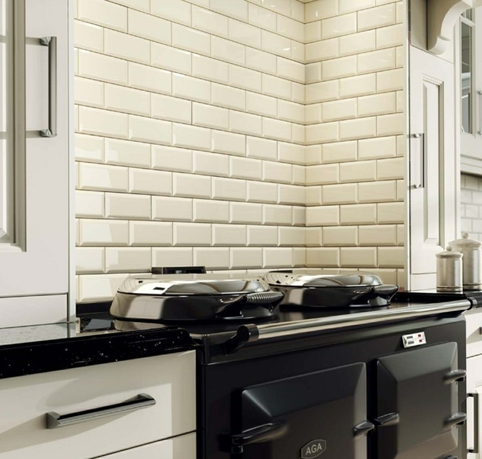 küchendeign mit cremefarbenen wandfliesen mit schwarzen küchengeräten kombinieren