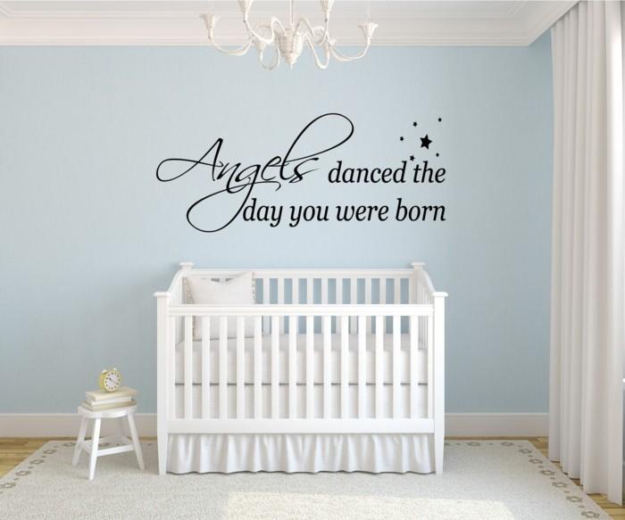 kinderzimmer deko ideen babyzimmer gestalten hellblaue wände heller teppich wandsticker