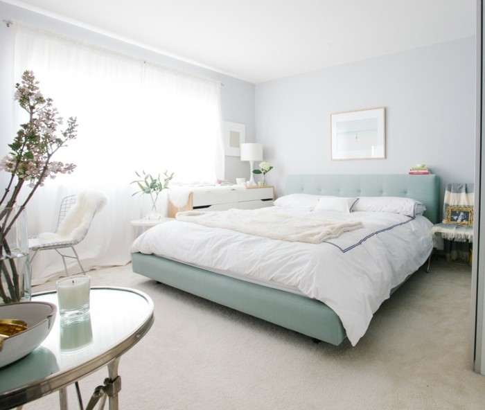 lampe schlafzimmer hellgrünes bett heller teppichboden luftige gardinen