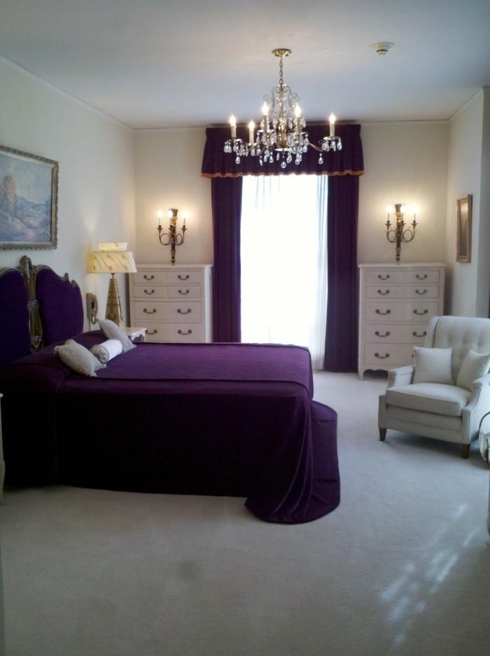 lampe schlafzimmer lila bettwäsche heller teppichboden lila gardinen