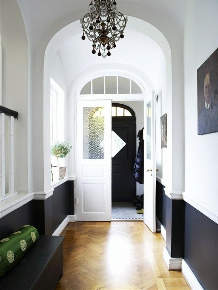 lampen flur kronleuchter weiße wände schwarze akzente