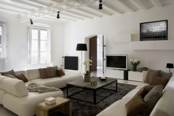 lampen wohnzimmer weiße wände dunkler teppich blumendeko