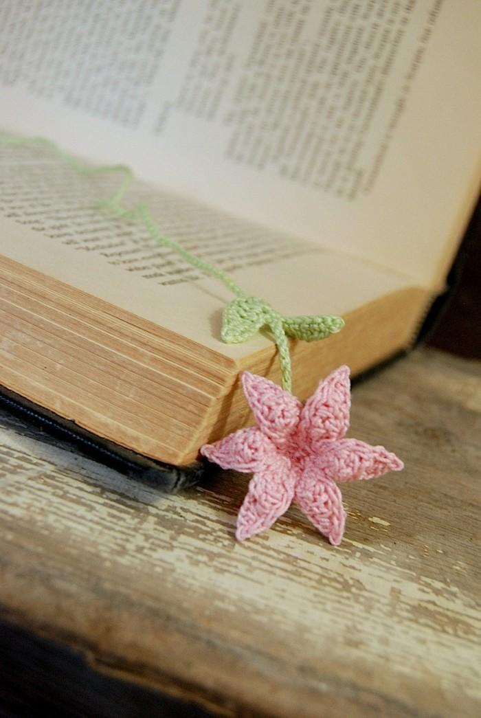 lesezeichen häkeln schöne blume häkeln rosa lilie