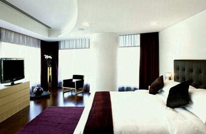 Lila Teppich sorgt für eine gehobene Atmosphäre im Raum