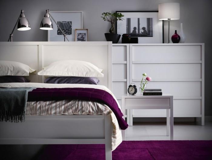 lila teppich wohnideen schlafzimmer weißes bett funktionale lampen