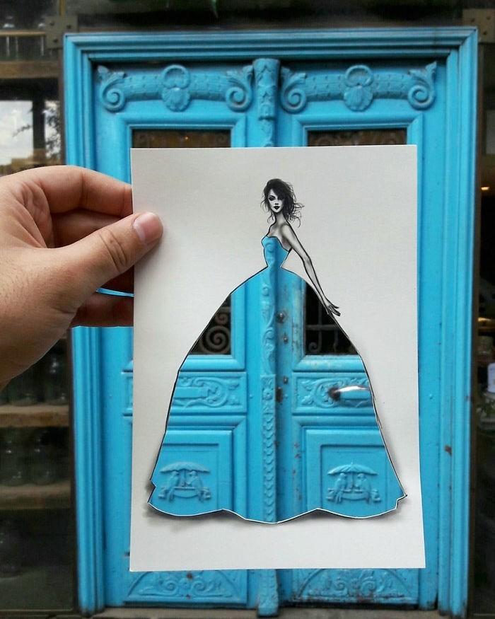 mode-zeichnen-damenmode-hellblau-holztür-eingangstür
