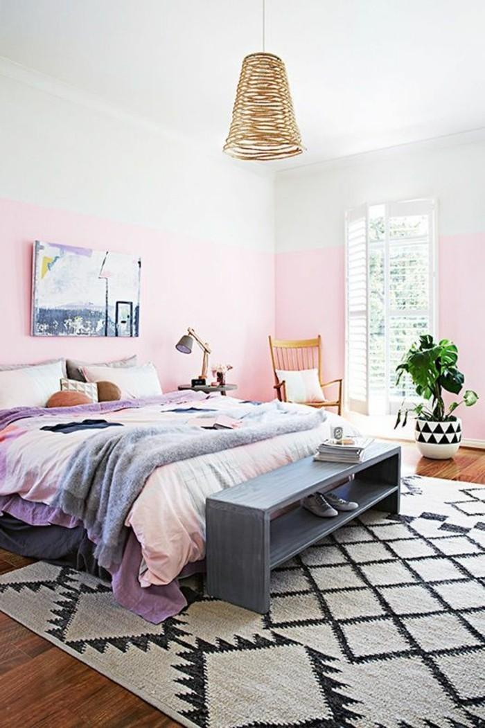 schlafzimmer deko ideen hellrosa wände teppich pflanze holzboden pastellfarben