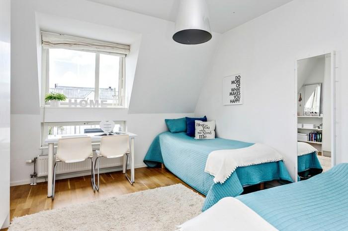 schlafzimmer deko ideen weße wände blaue textilien weißer teppich accessoires