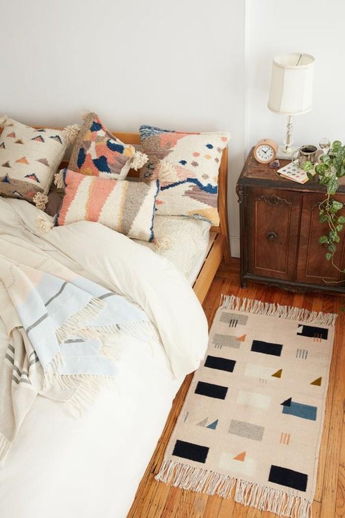 schlafzimmer lampe dekokissen geometrisches muster teppichläufer retro nachttisch