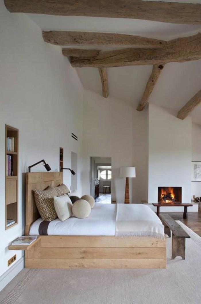schlafzimmer lampe hellgrauer teppich hölzernes bett kamin