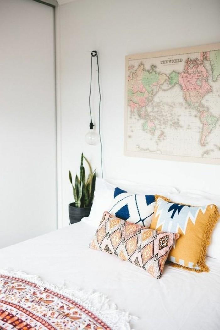 schlafzimmer lampe industrieller look farbige dekokissen weltkarte wanddeko