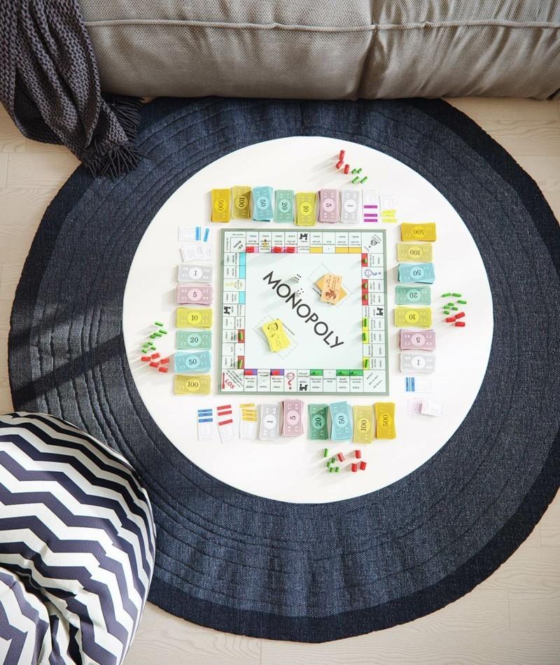 skandinavisch wohnen Wohnzimmer Einrichtung runder Teppich Monopoly