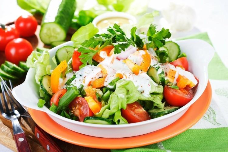 vegetarisches Essen und abnehmen durch gesunde Ernährung frischer Salat