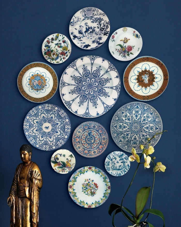 wände dekorieren teller blaue wand