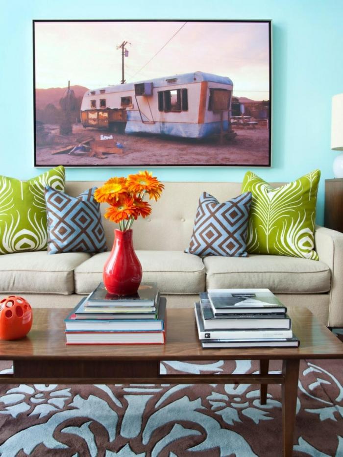 wandbilder wohnzimmer farbige dekokissen blumendeko