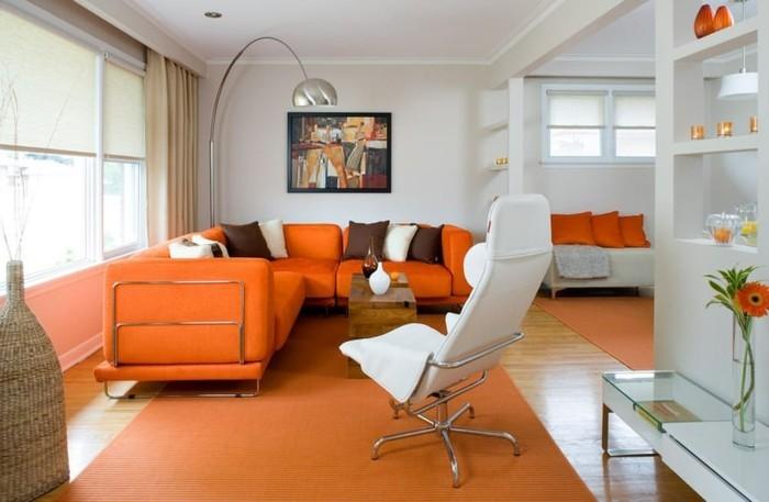 wandbilder wohnzimmer orange sofas teppich helle gardinen weißer sessel