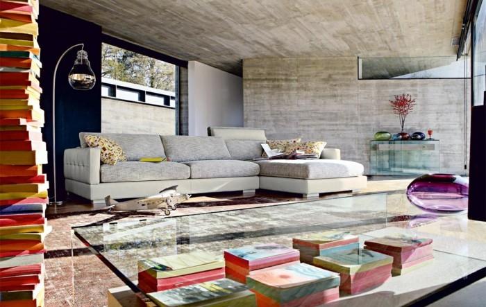 wanddesign wohnzimmer betonwände bücherdeko