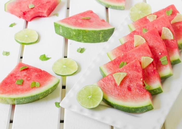 Sommer Rezepte wassermelone gurke salat lebe gesund titel salsa tomaten tisch