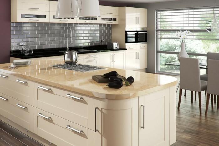 wohnideen küche creme kücheninsel graue küchenrückwand akzente dunkelrot