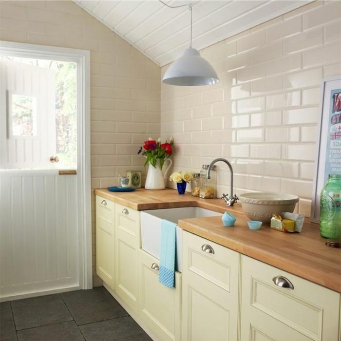 wohnideen küche creme wandfliesen küchenschränke graue bodenfliesen
