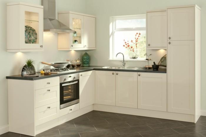 wohnideen küche creme küchenschränke graue bodenfliesen beleuchtung