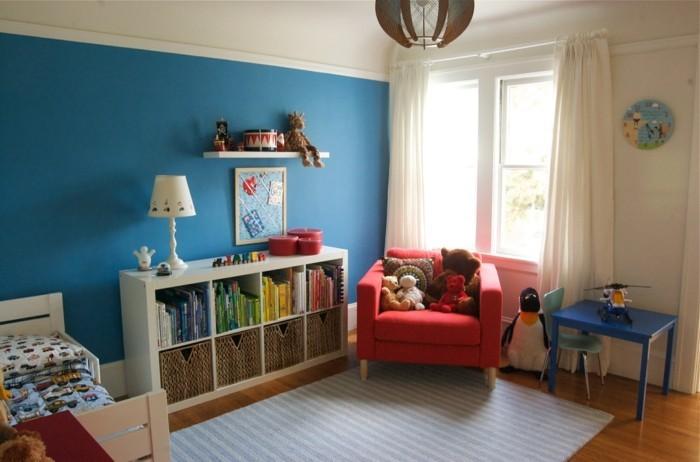 wohnideen kinderzimmer roter sessel streifenteppich helle gardinen