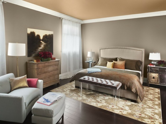 wohnideen schlafzimmer beige wände schöner teppich dekoideen