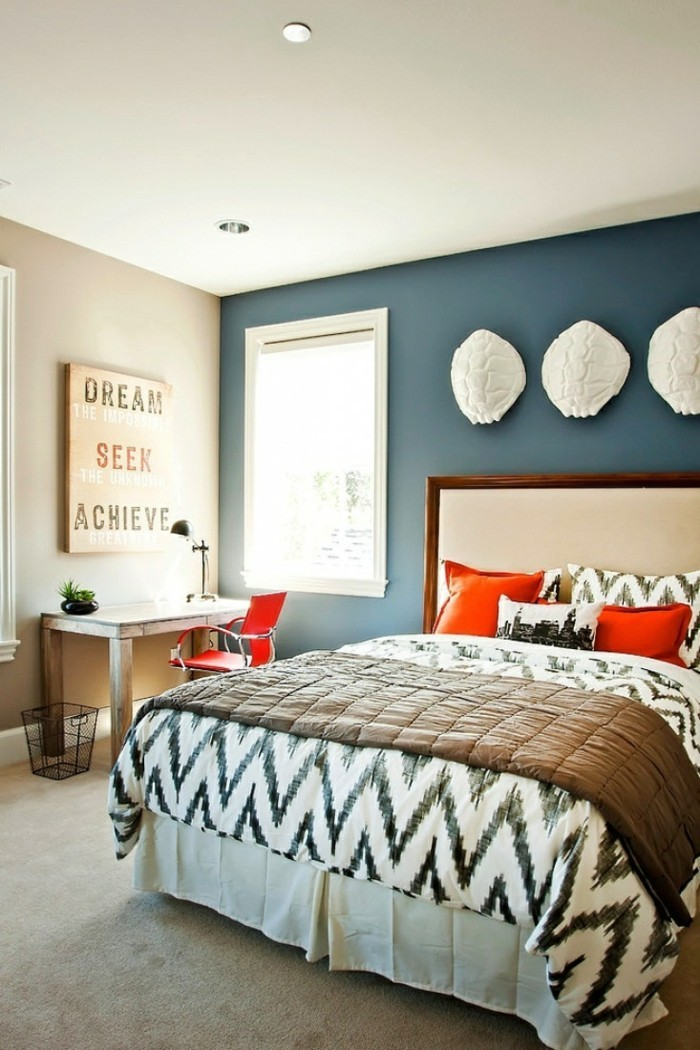 wohnideen schlafzimmer blaue akzentwand wanddeko heller teppichboden
