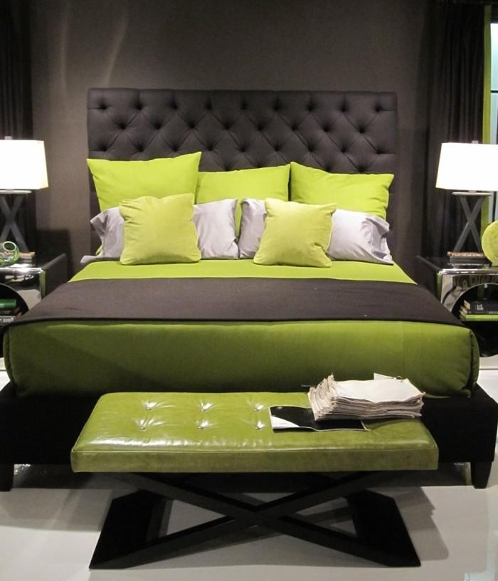 wohnideen schlafzimmer grüne dekokissen schlafzimmerbank heller teppichboden