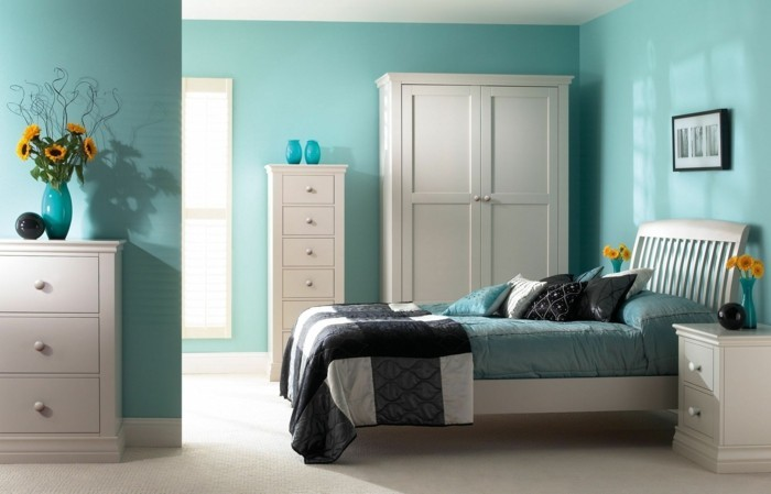 wohnideen schlafzimmer grüne wände blumendeko heller teppichboden
