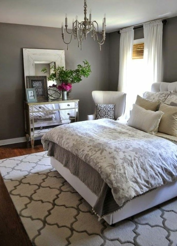 wohnideen schlafzimmer graue wand teppichmuster holzboden schöne kommode