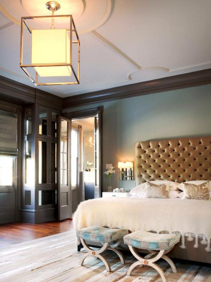 wohnideen schlafzimmer luxuriöses schlafzimmer hocker streifenteppich leuchter