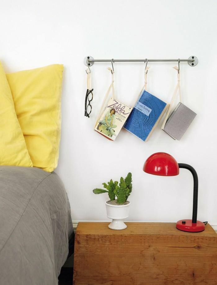 wohnung dekorieren bücher aufhängen über den nachttisch