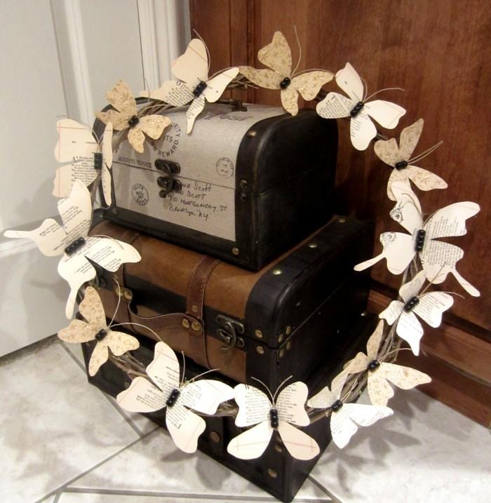 wohnung dekorieren bücher seiten papierkranz basteln schmetterlinge