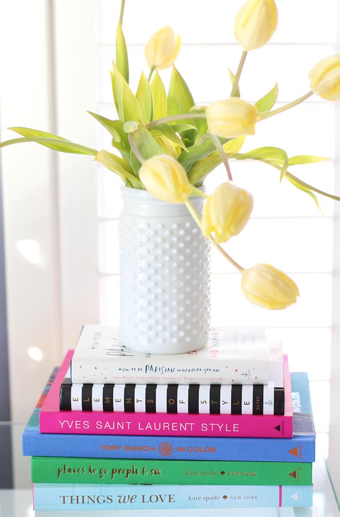 wohnung dekorieren dekoideen bücher tulpen