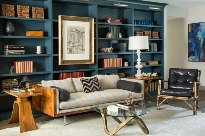 wohnungseinrichtung dunkelblaue bürcherregale bibliothek sofa polstermöbel beistelltische holz