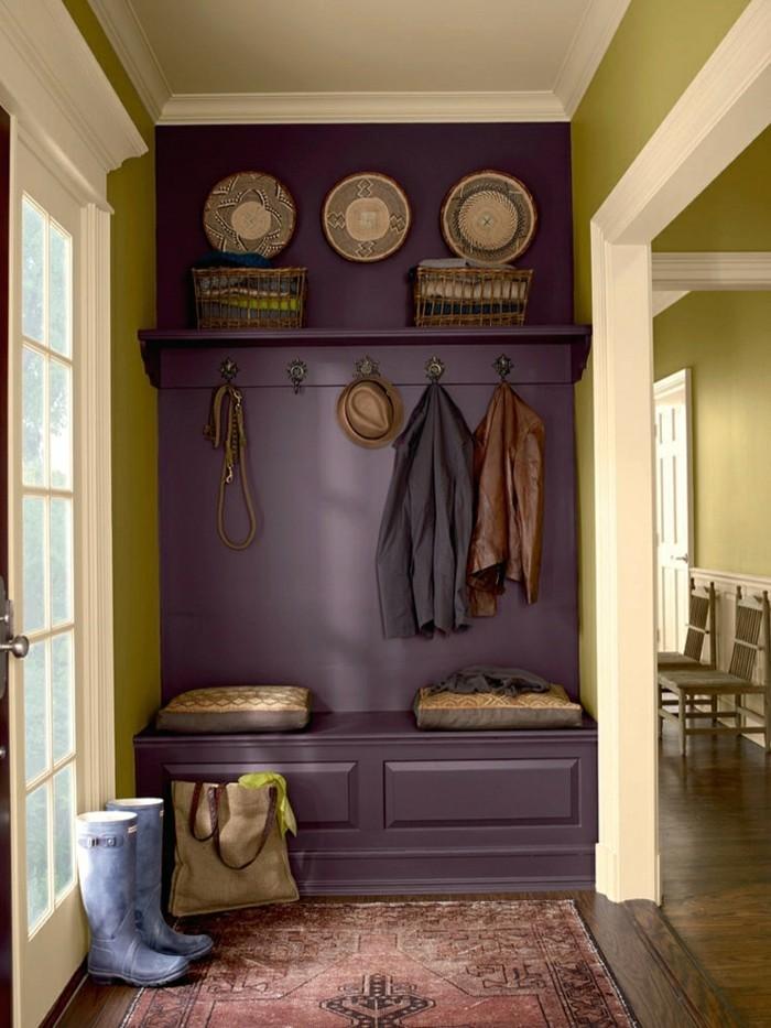 wohnungseinrichtung flur apfelgrün dunkelviolette garderobe