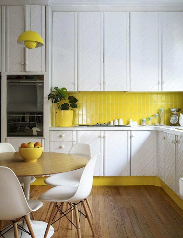 wohnungseinrichtung kücheneinrichtung gelbe küchenrückwand weiße küchenschränke