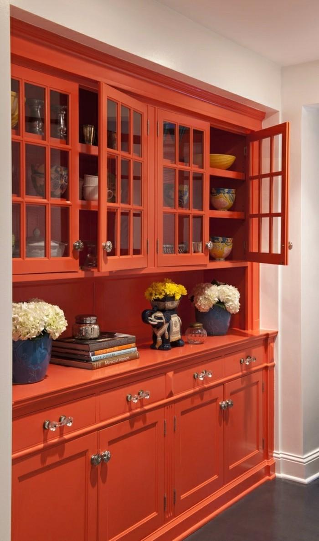 wohnungseinrichtung orangenfarbige vitrine kücheneinrichtung geschirr weiße hortensien