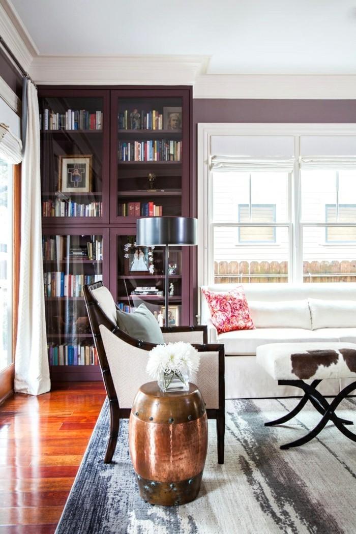 wohnungseinrichtung violette vitrine bücherregal wohnzimmer einrichten